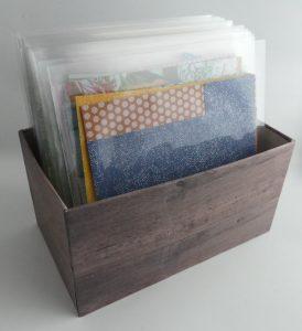 Kiste mit Designerpapier mit Holzpapier