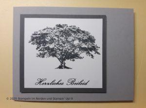 selbstgemachte Trauerkarte mit Baum aus Kraft der Natur